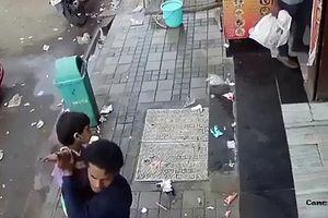 Kinh hoàng cảnh thản nhiên bắt cóc trẻ em ngay trước mắt phụ huynh