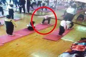Bé 4 tuổi nguy cơ liệt vĩnh viễn vì động tác yoga tại lớp học không phép