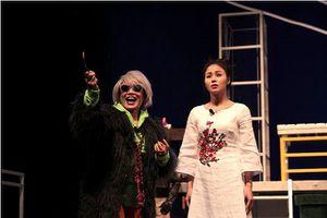 Bên bờ vực nhưng chưa rơi, Chí Trung xoay trục Nhà hát Tuổi trẻ như nào?