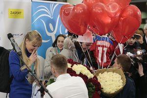 Trở về từ Olympic, 2 'bóng hồng' Nga được cầu hôn ngay tại sân bay
