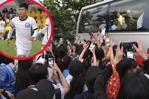 Hà Đức Chinh bị hàng trăm fan nữ bao vây, đồng loạt khen: 'Đen nhưng mà ngon!'