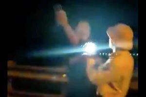 Xử lý nghiêm trường hợp CSGT rọi đèn pin, vung tay chỉ mặt tài xế