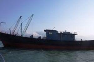 Một tàu vỏ sắt trôi dạt vào vùng biển Thừa Thiên - Huế