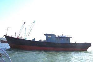 Phát hiện tàu có chữ Trung Quốc trôi dạt trên biển