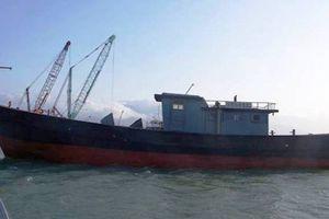 Ngư dân Huế phát hiện chiếc 'tàu ma' trôi dạt trên biển