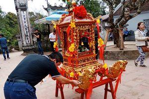 Chặt chém, nhét tiền vào kiệu náo loạn trước giờ khai ấn đền Trần