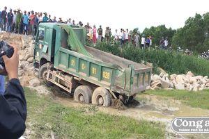Tàu hỏa húc xe tải, tài xế bị cán tử vong