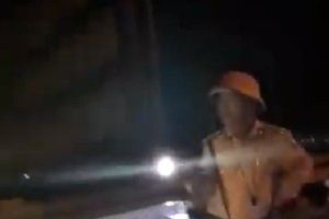 Quảng Nam: Đình chỉ công tác Trung tá CSGT rọi đèn pin vào mặt dân