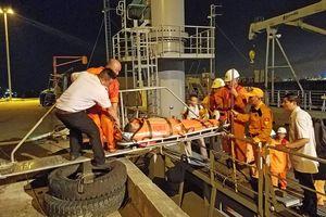 Tàu SAR412 cứu thuyền viên Philippines bị nạn trên biển Hoàng Sa