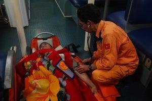 Vượt biển trong đêm cứu thuyền viên Philippines gặp nạn