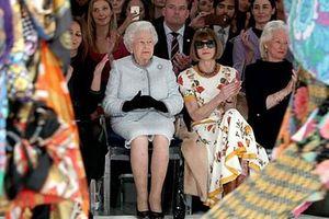 Nữ hoàng Anh lần đầu tham dự trình diễn thời trang