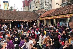 Dân chầu trực hàng tiếng giữ chỗ lễ cầu an ở chùa Phúc Khánh