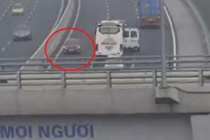 Thót tim vì chiếc ô tô đi ngược chiều đường cao tốc với tốc độ khủng khiếp