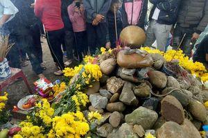 'Rắn thần' trên mộ 'bà ăn mày' ở Quảng Bình: Tiền cúng sẽ xử lý thế nào?