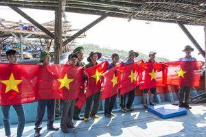 Tặng 200 lá cờ tổ quốc cho ngư dân đi đánh bắt ở Trường Sa
