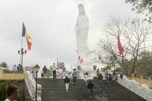 Hàng ngàn người dân Huế mang hương và nước suối đi lễ Phật đầu năm