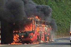 Xe khách Phương Trang bốc cháy dữ dội trên quốc lộ 27C