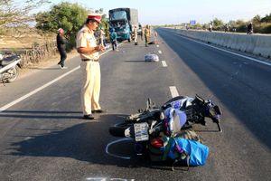 Tông vào xe tải đang đỗ trên quốc lộ, nam thanh niên chết tại chỗ