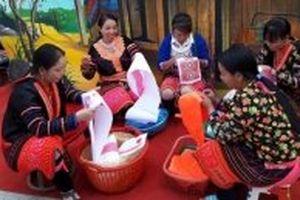 Nghệ thuật tạo hoa văn của người Mông hoa trở thành di sản quốc gia