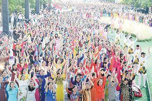 Hàng ngàn người tham gia đồng diễn áo dài