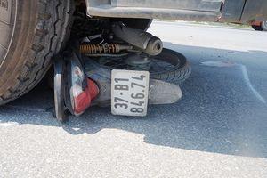 Nghệ An: Kinh hoàng xe tải kéo lê xe máy hàng chục mét, 2 người thương vong