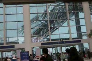 Cả sân bay hãi hùng chứng kiến gió quét sập cả mái che khổng lồ