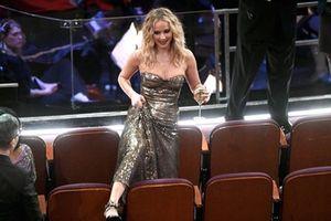 Jennifer Lawrence thiếu kiểm soát tại Oscar 2018