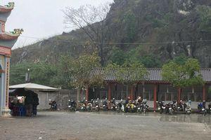 Điểm trông giữ xe tại đền Đức Thánh Cả ngang nhiên 'chặt chém' du khách