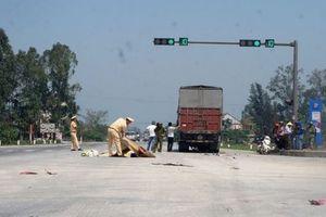 Nghệ An: Xe tải kéo lê mô tô 20m, hai người thương vong