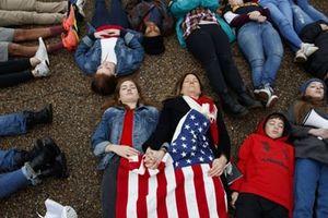 Nền chính trị Mỹ ám mùi thuốc súng