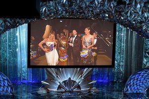 'Wonder Woman' Gal Gadot tặng xúc xích cho khán giả tại Oscar 2018