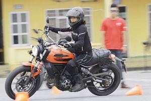 Phụ nữ quyến rũ hơn khi cầm lái môtô phân khối lớn