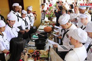 Hải quân Mỹ tập làm món ăn Việt Nam