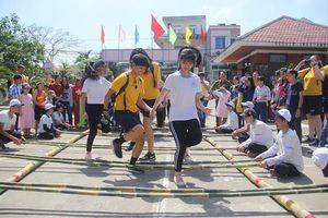 Thủy thủ tàu sân bay nhảy sạp, đá bóng cùng trẻ em