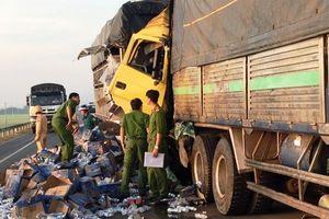 Đâm vào xe tải dừng giữa đường, hai người thương vong