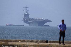 Hình ảnh đội tàu sân bay Mỹ vào vịnh Đà Nẵng qua ống kính phóng viên quốc tế