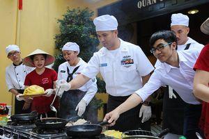 Thủy thủ tàu sân bay USS Carl Vinson mê... bánh xèo Việt Nam
