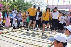 Thủy thủ tàu sân bay hào hứng giao lưu với người dân Đà Nẵng