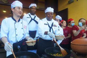 Hải quân Mỹ trổ tài đổ bánh xèo, làm mỳ Quảng