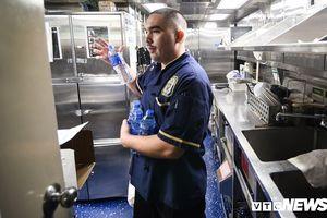 Hé lộ chuyện ăn uống trên tàu khu trục hộ tống tàu USS Carl Vinson