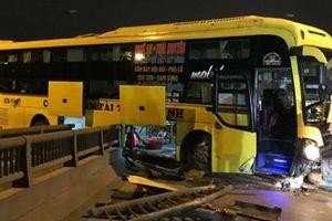 HN: Xe khách nằm vắt giữa hai thành cầu sau tai nạn