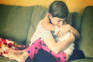 Hai anh em ung thư hiếm gặp ôm nhau trong bệnh viện