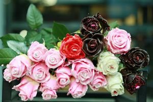 Chị em 'ngất ngây' với hoa hồng kim cương dịp 8/3, giá 250 nghìn đồng/bông