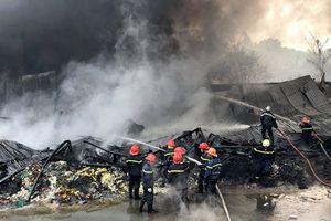 Gần 200 chiến sĩ 'quyết đấu' với ngọn lửa ngùn ngụt cứu 11 người mắc kẹt