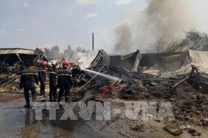 'Bà hỏa' thiêu rụi xưởng tái chế nhựa, 11 người được giải cứu