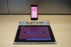 Cựu kỹ sư bảo mật Apple tuyên bố có thể giúp mở khóa iPhone