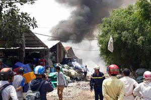 Cơ sở sản xuất nệm mút cháy ngùn ngụt giữa trưa