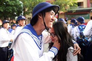 Tân binh Sài Gòn bịn rịn chia tay người yêu ngày bước vào đời lính