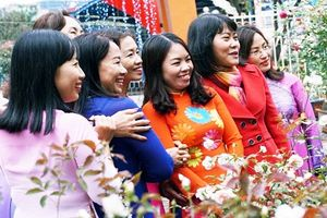 Hội chị em đua nhau 'tự sướng' ở lễ hội hoa hồng Bulgaria ngày 8/3