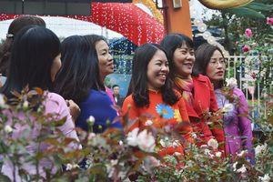 Ngày 8/3, hàng trăm chị em thướt tha áo dài tại Lễ hội hoa hồng Bulgaria